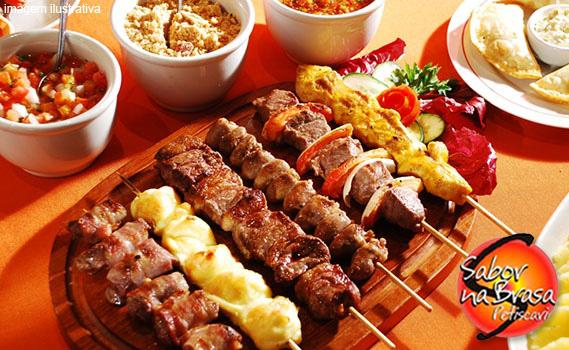 ASSADO NA HORA! São 4 Espetos (2 Carne, 1 Frango e  1 Pão de Alho) + 1 Kit com Mandioca, Farofa, Vinagrete e 3 Molhos por APENAS R$ 12,99. Válido de SEG. a SÁBADO